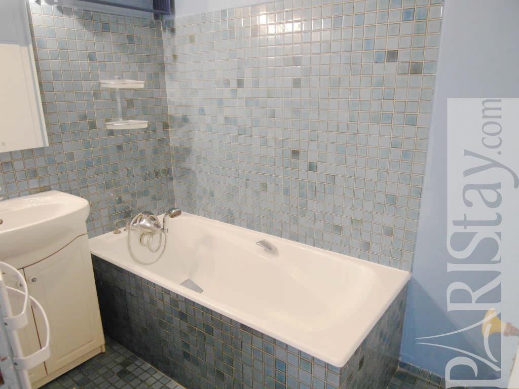 Paris apartment st paul village for rent le marais 75004 paris for Village bathroom photos