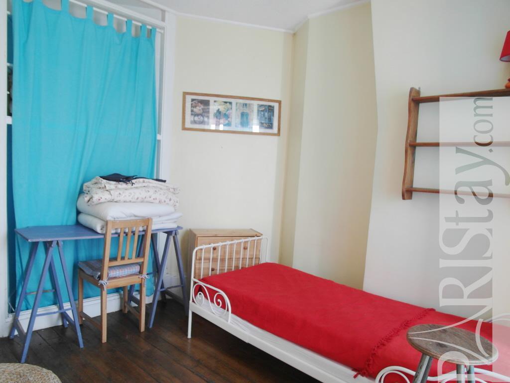 #AA222E Paris Location Meublée Appartement Type T2 Championnet Cosy 3351 tres petite chambre à coucher 1024x768 px @ aertt.com