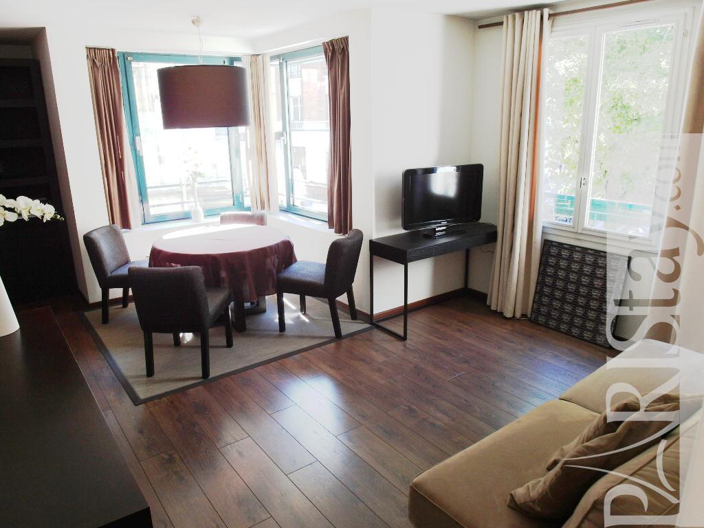 paris location meubl e appartement type t2 le marais bright. Black Bedroom Furniture Sets. Home Design Ideas
