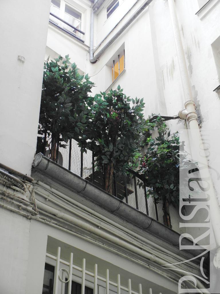 Apartment for rent in paris louvre 75001 paris for Balcony louvres