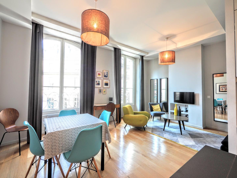 paris location meubl e appartement type t3 louvre designer. Black Bedroom Furniture Sets. Home Design Ideas