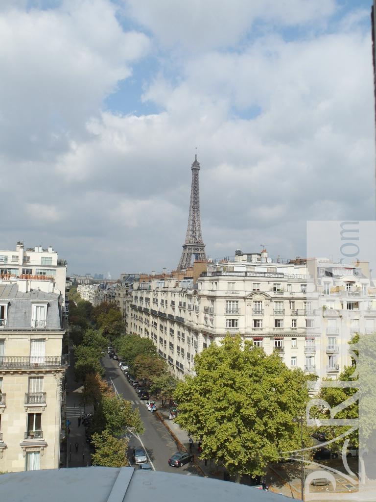 Paris apartment rentals view eiffel tower champs de mars for Apartment in the eiffel tower