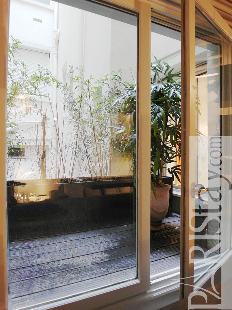 Paris apartment vacation rentals louvre louvre 75001 paris for Balcony louvres