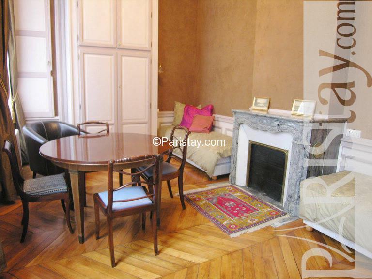 paris location meubl e appartement type t2 place des vosges garden. Black Bedroom Furniture Sets. Home Design Ideas
